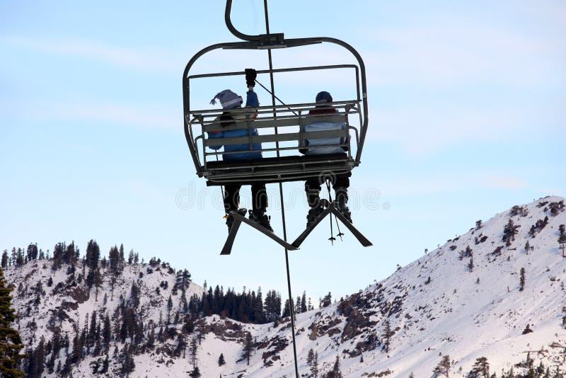 Skifahrer auf Sessellift stockbild