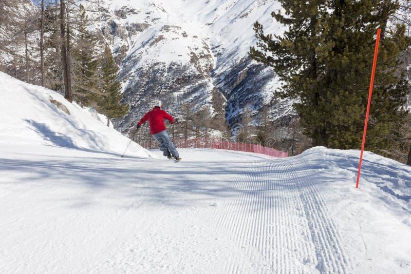 Skifahrer auf Skisteigung stockbilder