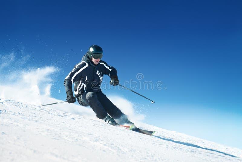 Skifahrer in den hohen Bergen    stockbilder