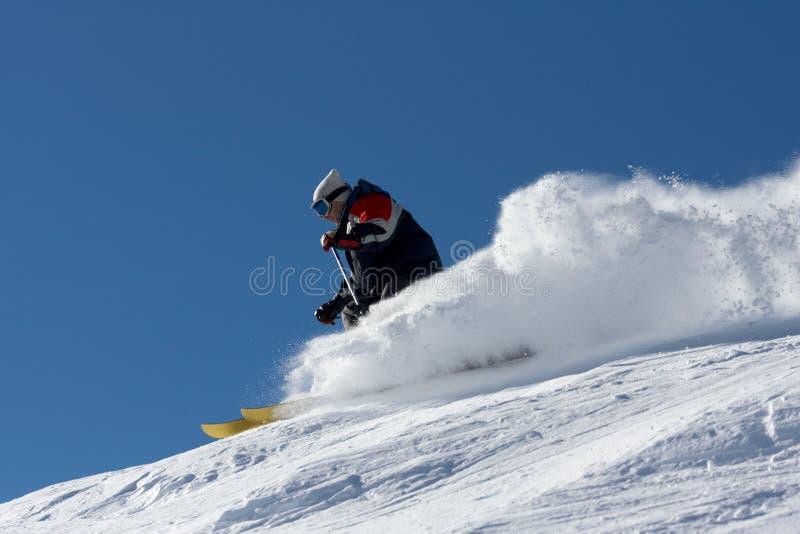 Skifahrer in den Wolken des Schnepuders lizenzfreies stockbild