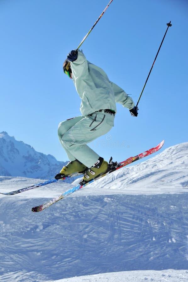 Skifahrer, der einen Sprung durchführt stockbild
