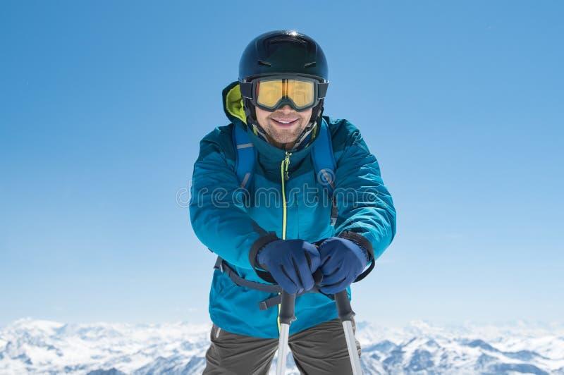 Skifahrer, der Skipfosten halten steht lizenzfreie stockfotografie