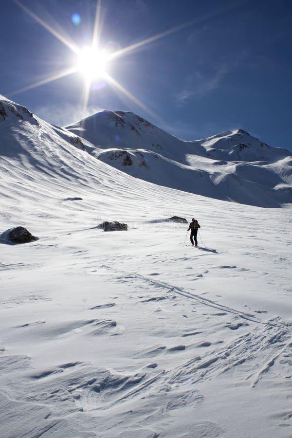 Skifahrer, der Wendungen in der Steigung macht lizenzfreies stockbild