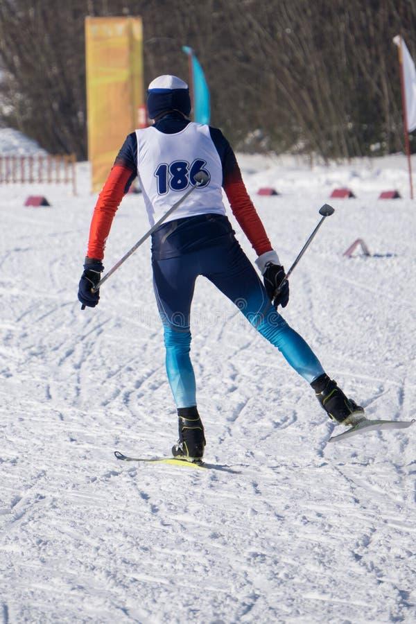Skifahrer des jungen Mannes, der abwärts in Pulverschnee, alpine Berge läuft Wintersport und Erholung, Tätigkeiten der Freizeit i stockfotos