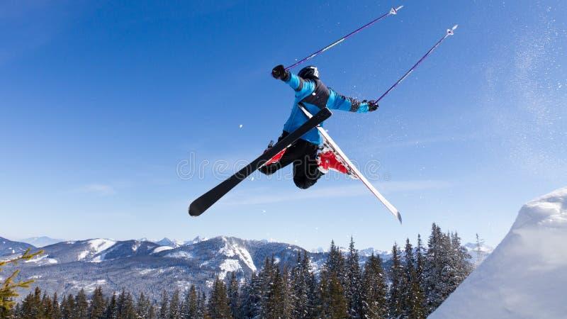 Skifahrer in einem Hochsprung stockfotos