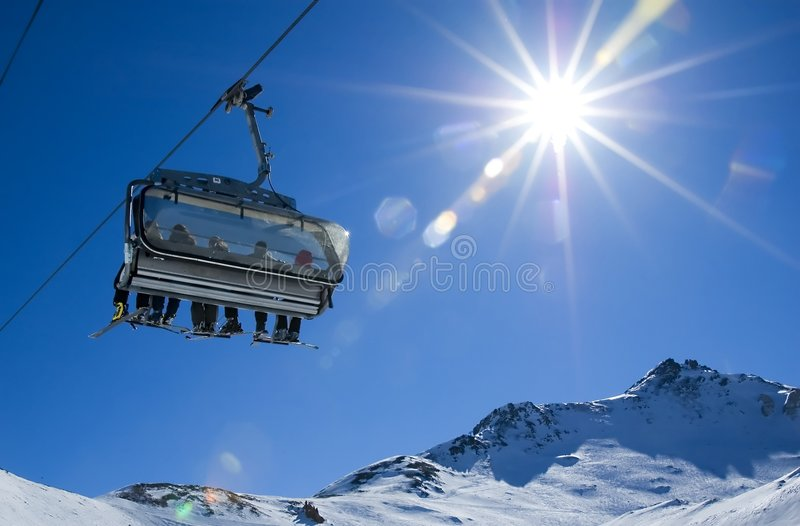 Skifahrer in einem Sessellift lizenzfreie stockfotografie