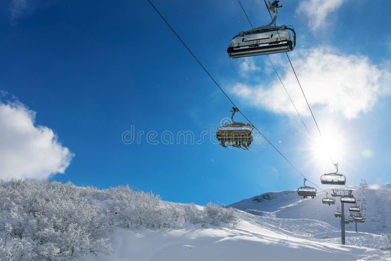 Skifahrer in einem Skiaufzug in den schneebedeckten Bergen stockfoto