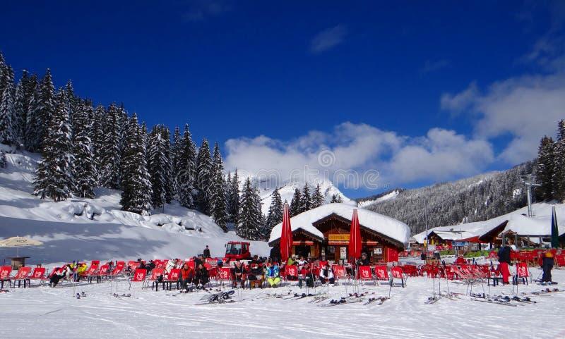 Skifahrer entspannen sich in der Sonne lizenzfreie stockfotos