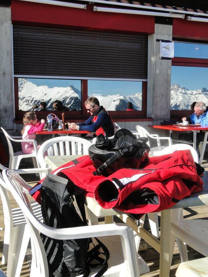 Skifahrer entspannen sich an einer hoher Gebirgsgaststätte lizenzfreie stockfotografie