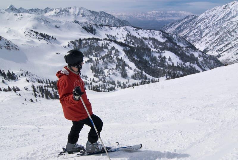 Skifahrer an erstaunlichem Skiort lizenzfreies stockfoto