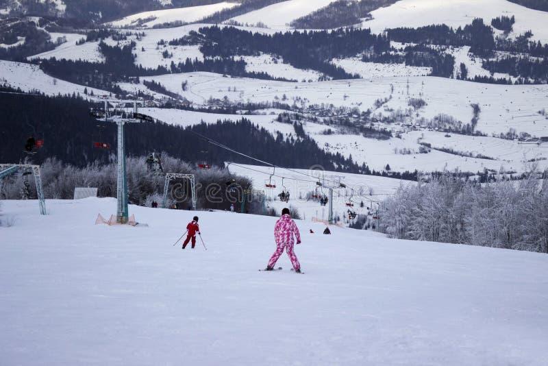 Skifahrer gehen, in den Karpatenbergen, viele Ski zu fahren von Schneewinter lizenzfreie stockbilder