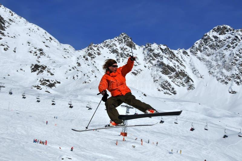 Skifahrer im drastischen Sprung lizenzfreie stockfotos