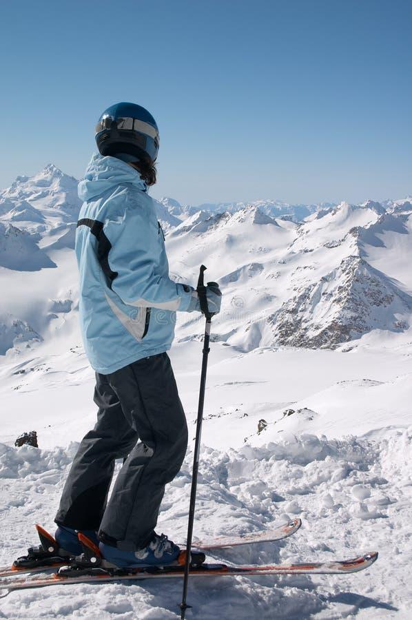Skifahrer im Sturzhelm lizenzfreies stockbild