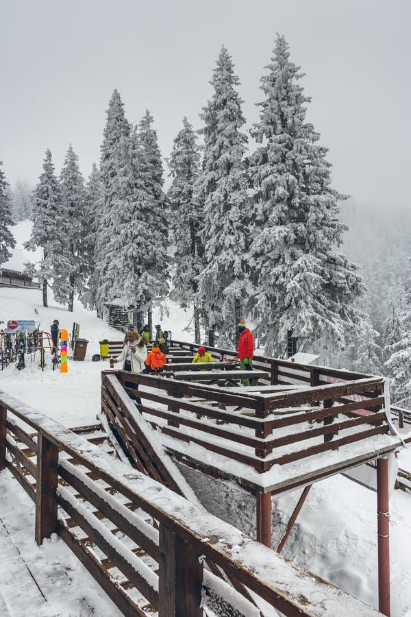 Skifahrer an Postavaru-Chalet lizenzfreie stockfotografie
