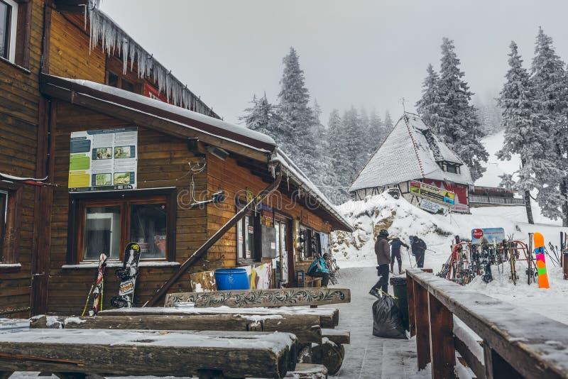 Skifahrer an Postavaru-Chalet lizenzfreie stockbilder