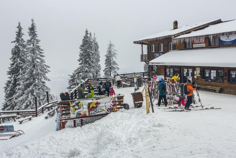 Skifahrer an Postavaru-Chalet stockbild