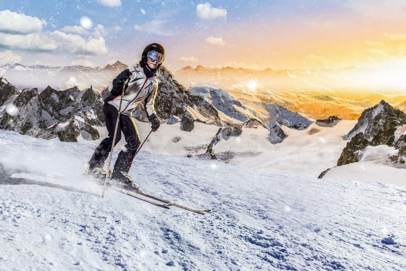 Skifahrer reitet abwärts in felsige Gebirgsskiort lizenzfreies stockfoto