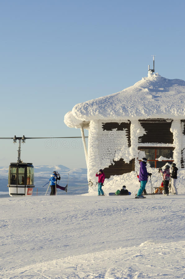 Skifahrer an Schnee umfaßtem Aufzugterminal stockfotografie