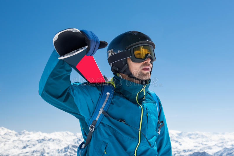 Skifahrer am schneebedeckten Berg stockfotografie