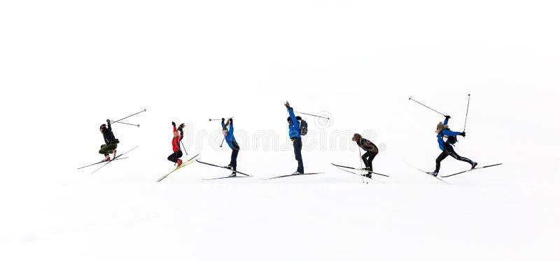 Skifahrer springen auf weißem Grund stockfoto