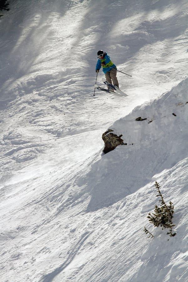 Skifahrer springt in IFSA Freeskiing Schlüsse stockbild