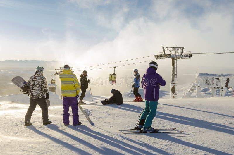 Skifahrer- und Snowboardervorbereiten lizenzfreies stockfoto