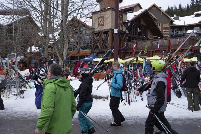 Skifahrer, welche die Szenen des Creekside-Dorfskiorts, Britisch-Columbia genießen stockfotos