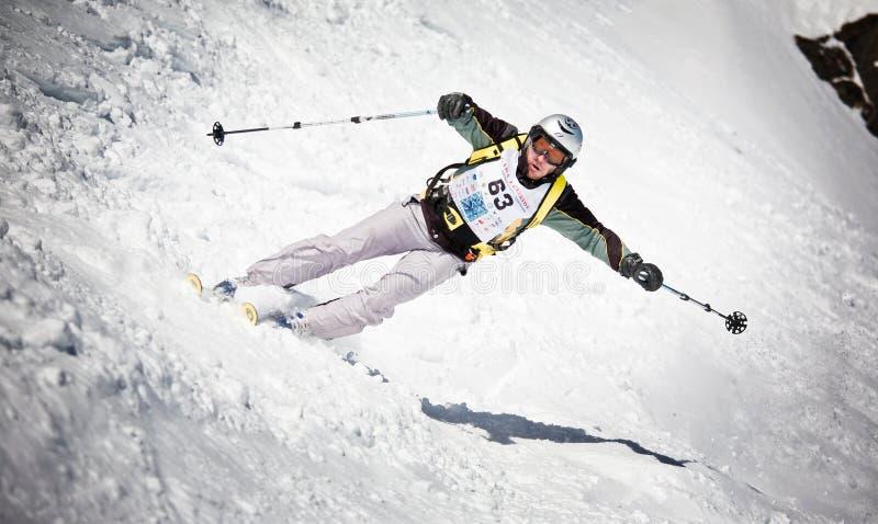 Skifahrerdrehen stockbild