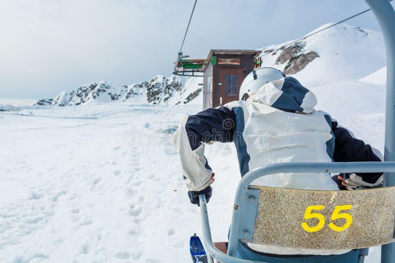 Skifahrererhalten des Aufzugs stockfotos