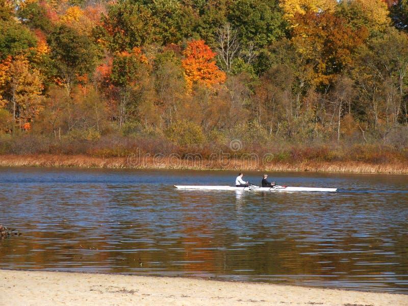 Skiff en el lago del otoño foto de archivo libre de regalías