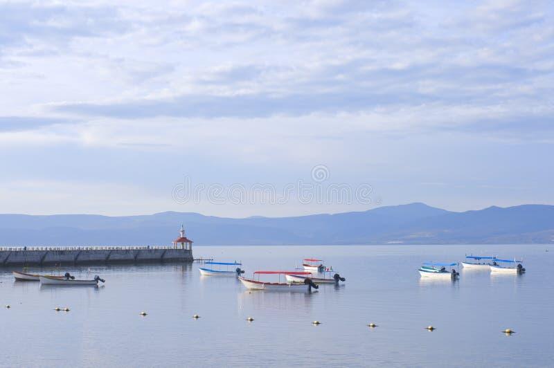 Skiffs y embarcadero de Chapala del lago foto de archivo libre de regalías