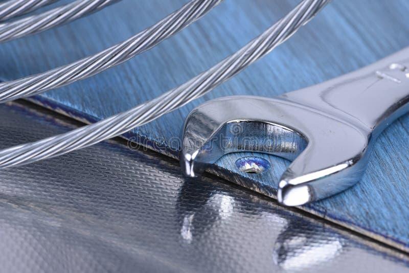 Skiftnyckelhjälpmedel- och stålrep, konstruktionsutrustning royaltyfria foton