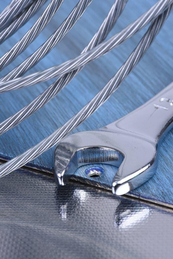 Skiftnyckelhjälpmedel- och stålrep, konstruktionsutrustning fotografering för bildbyråer