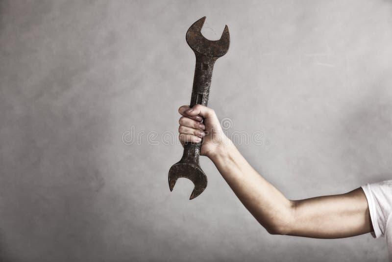 Skiftnyckelskruvnyckelhjälpmedel i hand av den kvinnliga arbetaren fotografering för bildbyråer