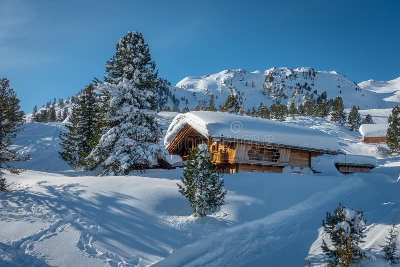 skigebied met fantastisch weer stock afbeelding