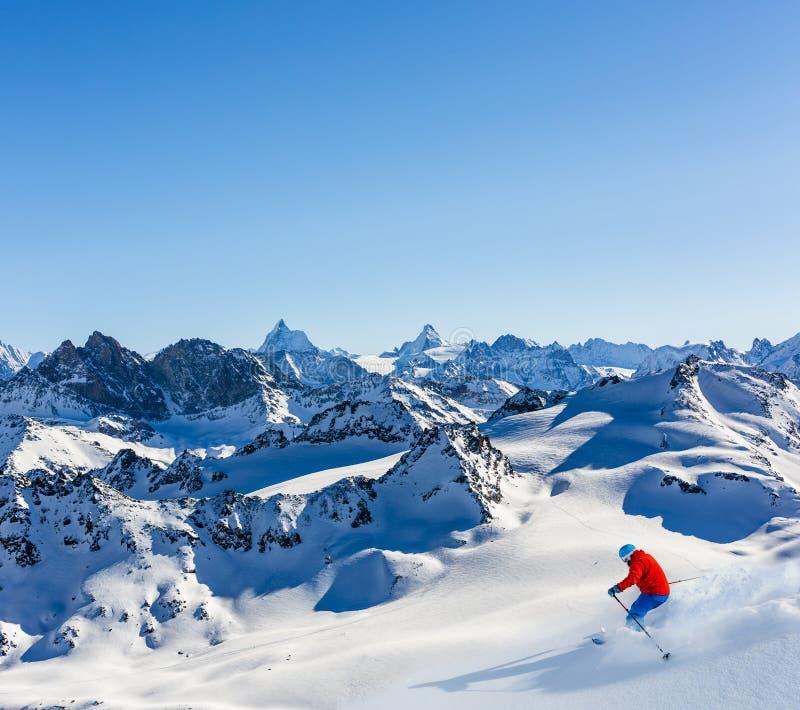 Skigebiet mit überraschender Ansicht von Schweizer berühmten Bergen in schönem Winterschnee Mt-Fort Das Matterhorn und das Einbuc lizenzfreie stockbilder