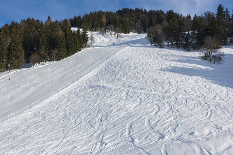 Skihelling in de winter zonnige dag stock afbeelding