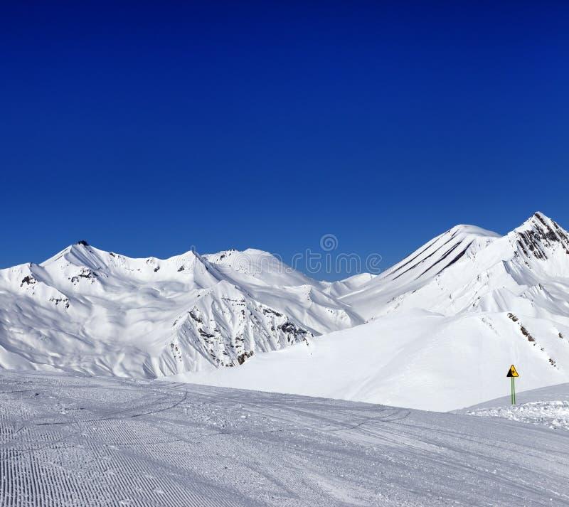 Skihelling en waarschuwingsbord stock afbeelding