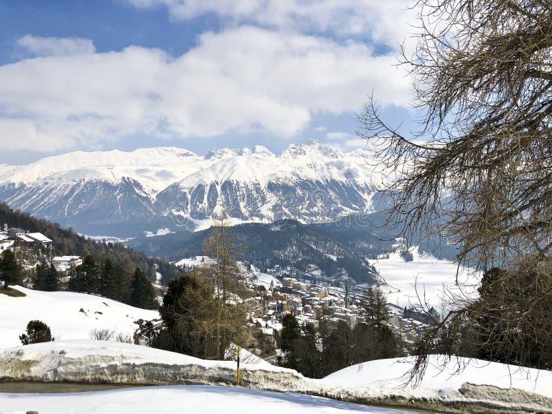 Skihellingen in Heilige Moritz, Zwitserland royalty-vrije stock fotografie