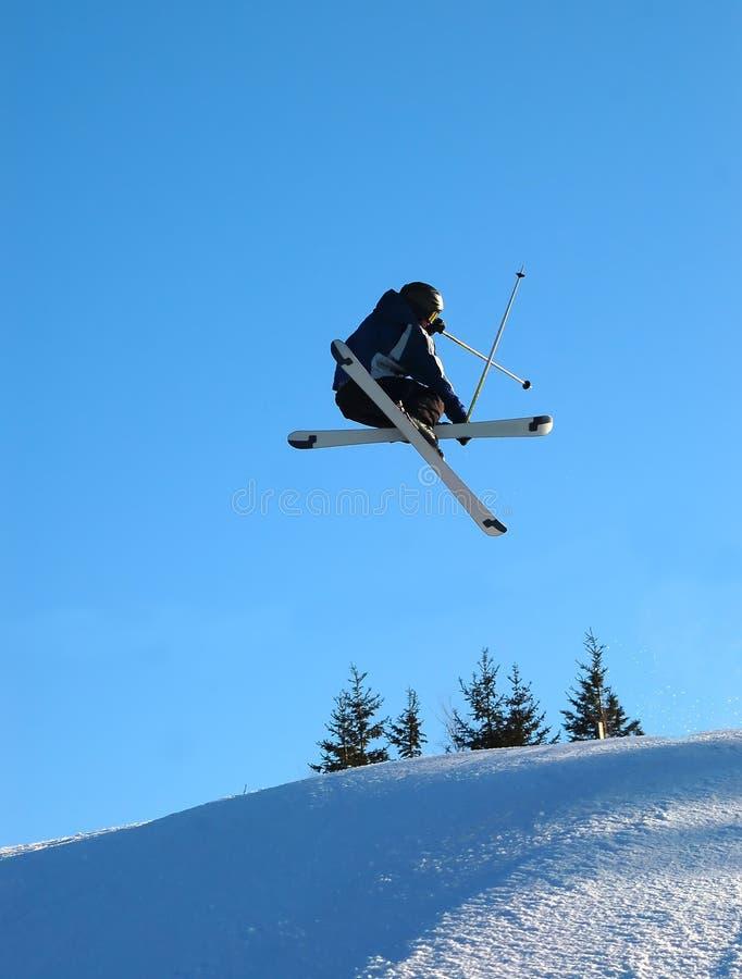 Skiier在天空中 免版税图库摄影