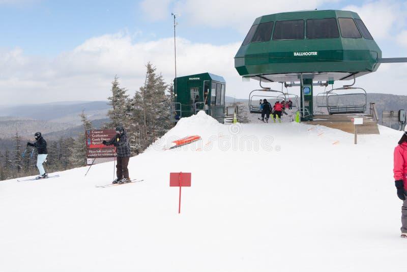 Skiiers en la montaña de la raqueta, Virginia Occidental fotos de archivo libres de regalías