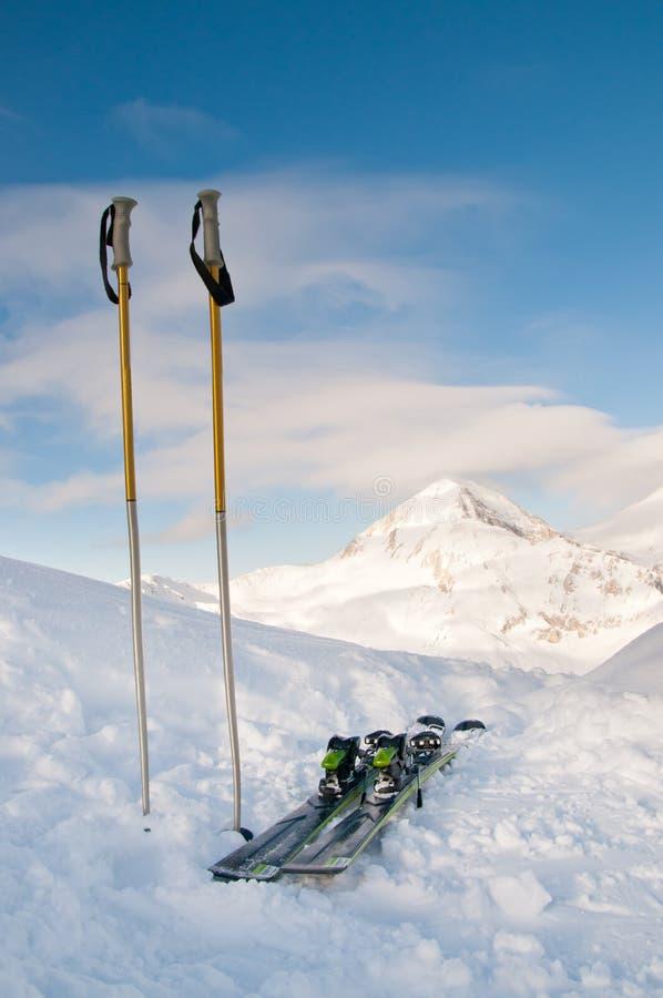 Skiis und Gebirgssnowy-Spitze stockbild