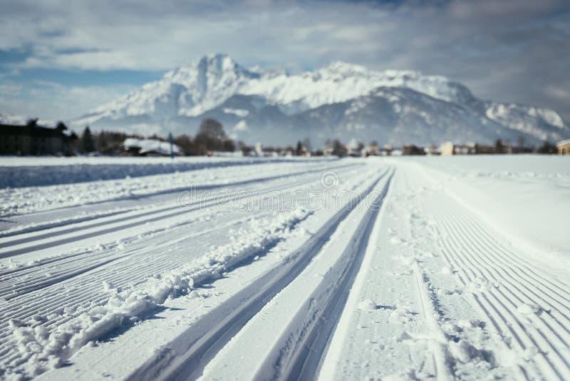 Skilanglauf in ?sterreich: Steigung, frischer wei?er Pulverschnee und Berge stockfotos