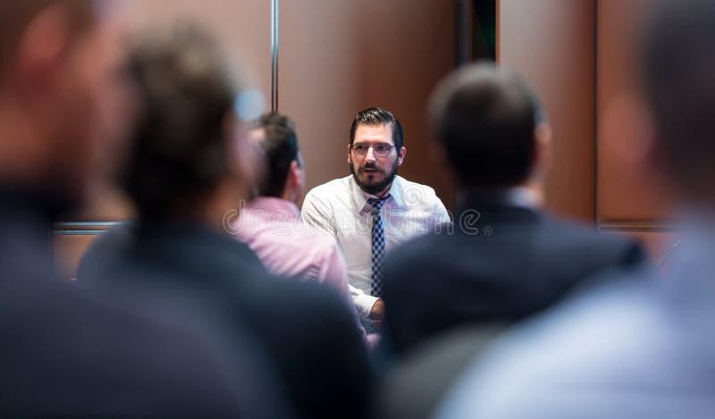 Skiledzakenman Presenting een Project aan Zijn Vergadering van het het Werkteam atl Company stock foto's