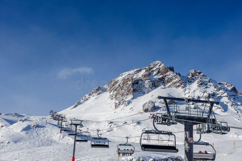 Skilift in bergen bij de winter stock afbeeldingen