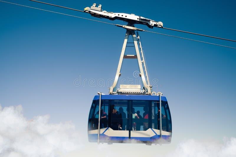 Skilift (funikulär) über den Wolken lizenzfreies stockbild