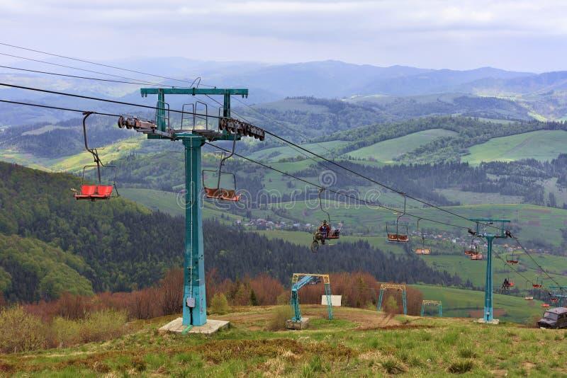 Skilift züchtet Touristen und Athleten auf und ab die Berge in den Karpaten lizenzfreie stockfotos