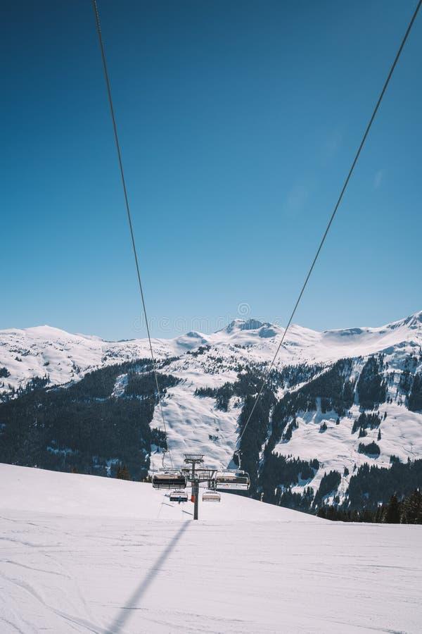 Skiliften en kabelwagens in de de wintertoevlucht van Alpen royalty-vrije stock fotografie