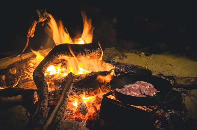 Μαγειρεύοντας κρέας πυρών προσκόπων στο skillet