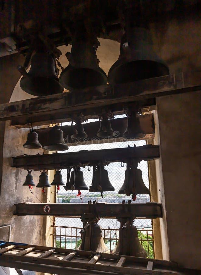 Skillfully geassembleerde carillon op de klokketoren van Peter en Paul Cathedral St Petersburg Rusland stock foto's